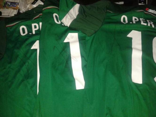 Son muy solicitadas las playeras de Oribe Peralta en Querétaro (Foto @nicoislas71)