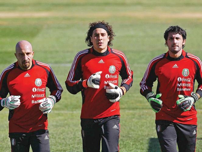 Óscar Pérez participó en los mundiales de Francia 98, Corea/Japón 2002 y Sudáfrica 2010. En el último, Ochoa fue suplente. Foto: Mexsport