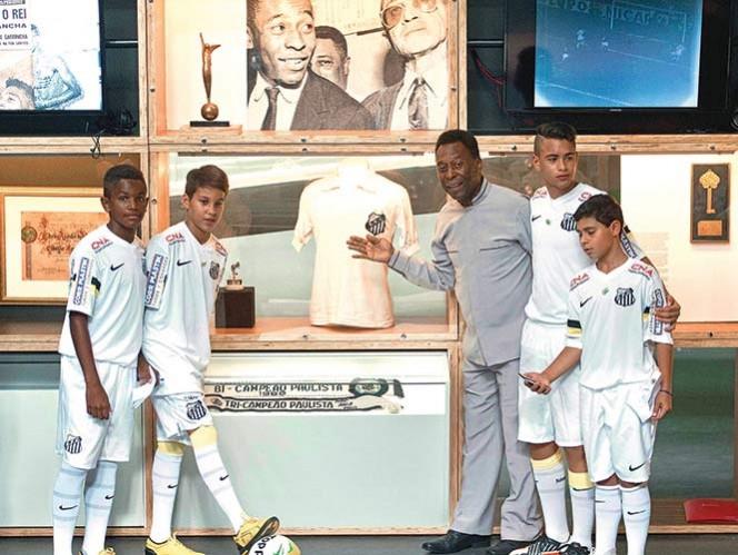 Edson Arantes do Nascimento, Pelé, posa con pequeños jugadores ataviados con el uniforme del club Santos, en el que militó el astro del futbol.