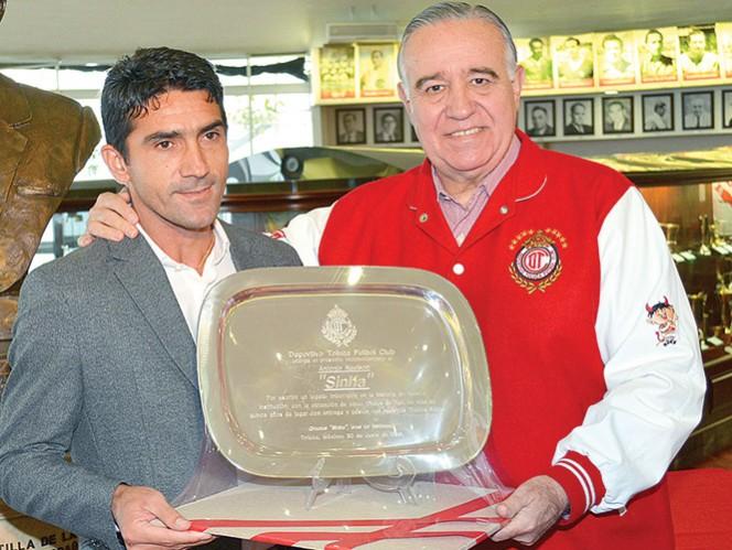 Antonio Naelson recibió una placa conmemorativa por sus cinco títulos logrados con el Toluca en más de 15 años. Foto: Cortesía Toluca