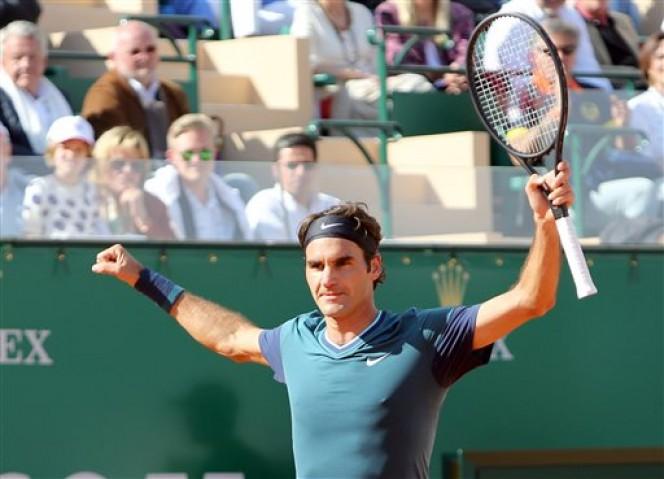 Roger Federer celebra su victoria sobre Novak Djokovic en semifinales del Masters de Montecarlo. FOTO: AP