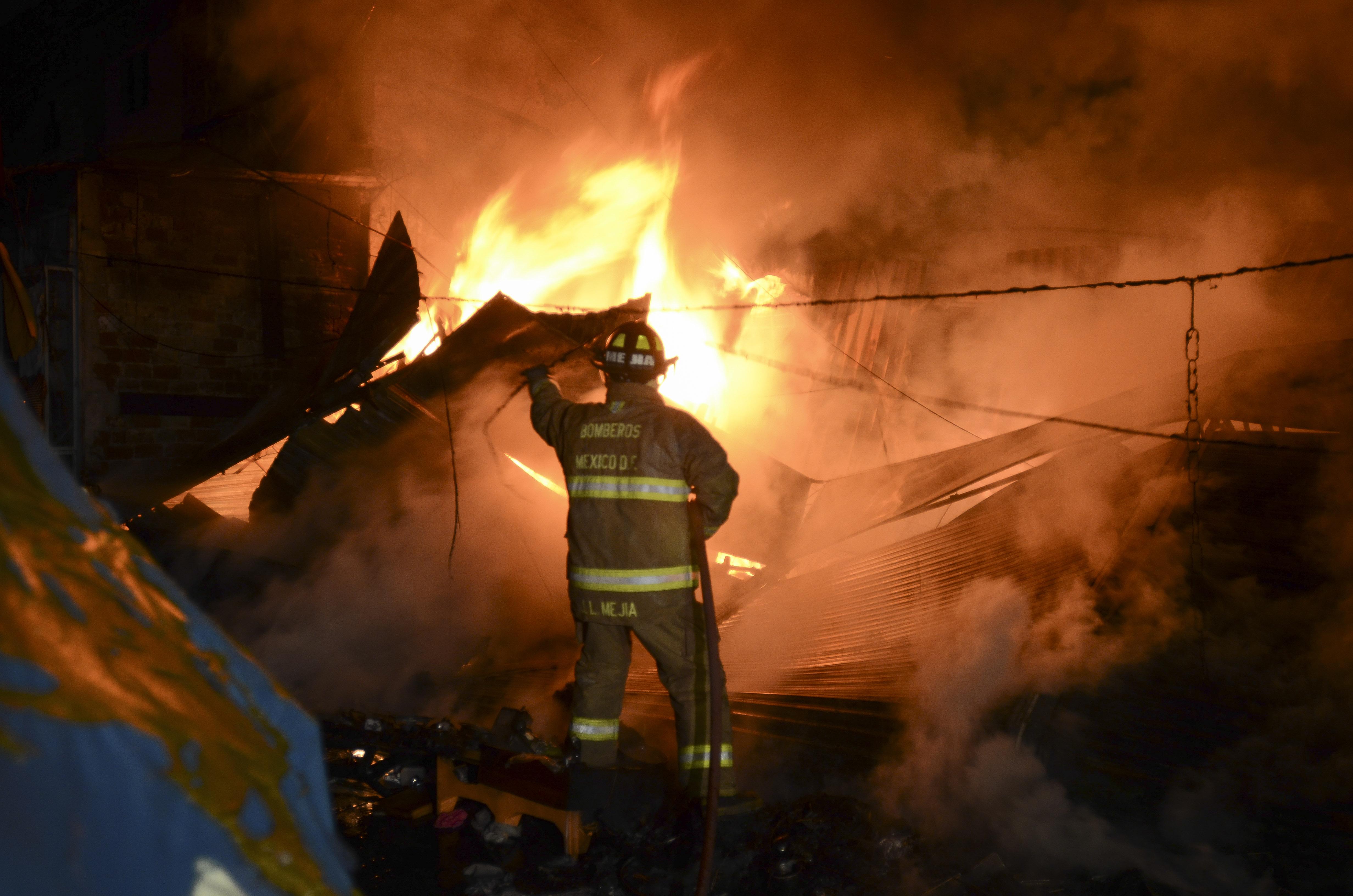 Se incendia una bodega y evacúan a diez familias en Iztapalapa