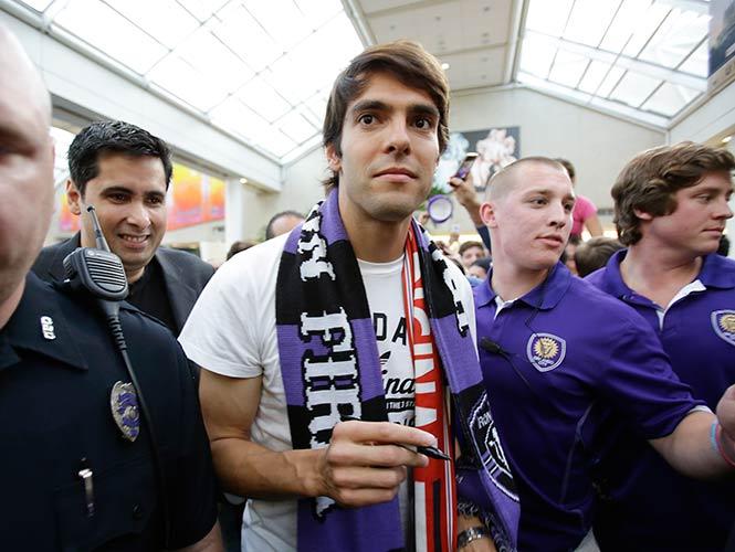 El astro brasileño arribó al Aeropuerto Internacional de Orlando, ciudad donde jugará a partir de diciembre en la MLS (AP)