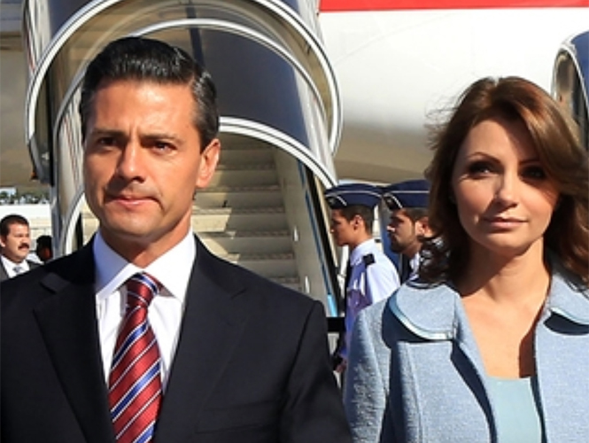 El mandatario mexicano y su esposa Angélica Rivero fueron recibidos por el prefecto de la Casa Pontificia y secretario personal del papa, Georg Gänswein.