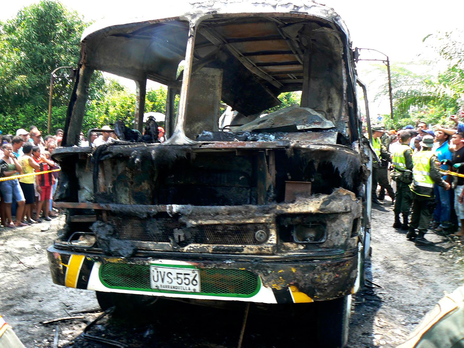 Autobus calcinado.Fotografìa: Reuters.