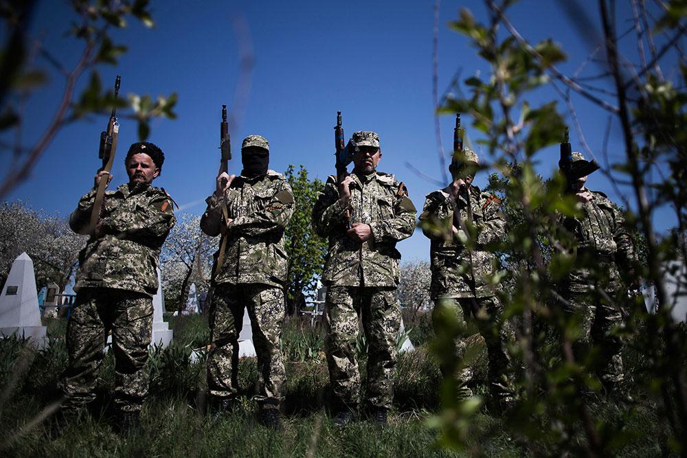 Separatistas prorrusos han detenido a un grupo de observadores internacionales a los que acusan de ser espías de la OTAN.