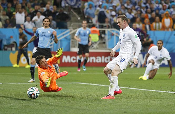 Así empujó Rooney el balón para el empate. (EFE)
