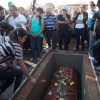 Sepultan a hijo de Hipólito Mora y cinco más de Fuerza Rural - Excélsior
