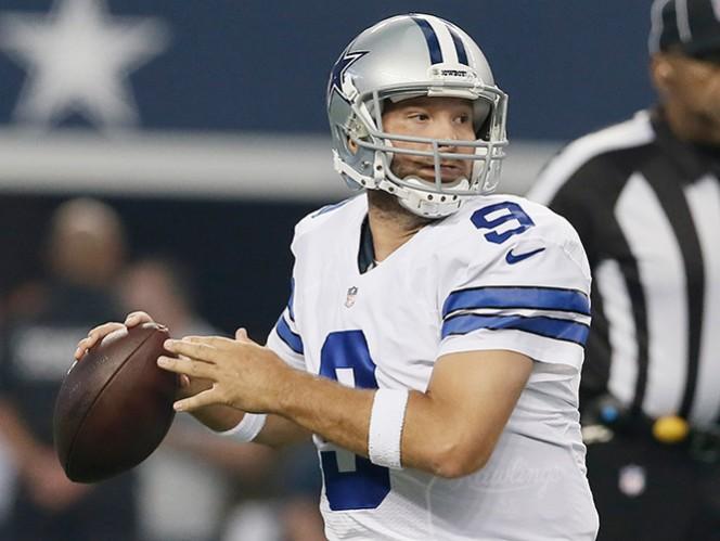 En su regreso, Romo completó cuatro de cinco envíos para ganancia de 80 yardas. (AP)