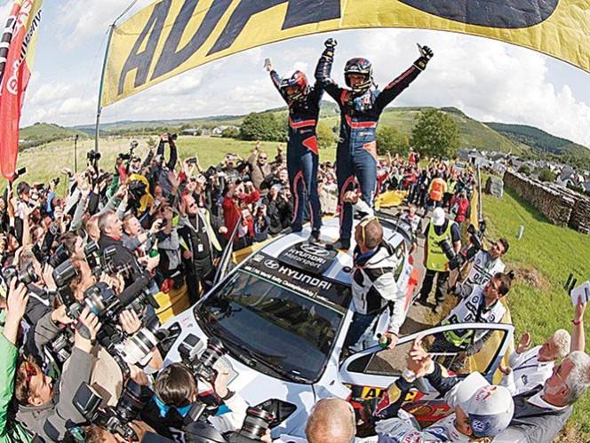 Thierry Neuville superó varias momentos de adversidad durante el fin de semana y como recompensa pudo alcanzar  el triunfo del accidentado Rally de Alemania, que tuvo los abandonos de los favoritos Ogier, Latvala y Meeke. Foto: FIA