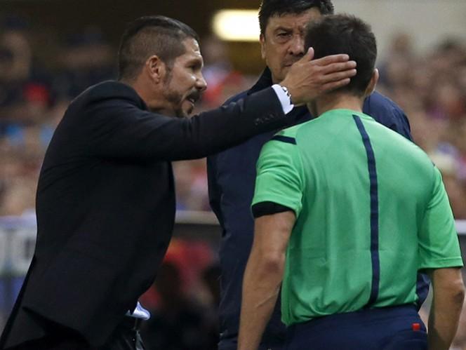 Después de ser expulsado, Simeone golpeó la nuca del cuarto árbitro. (EFE)