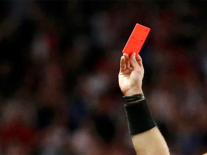 Un jugador es castigado con 50 años por balonazo al árbitro