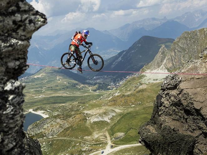 el video de kenny belaey cruzando con su bicicleta sobre una cuerda a 2500 metros