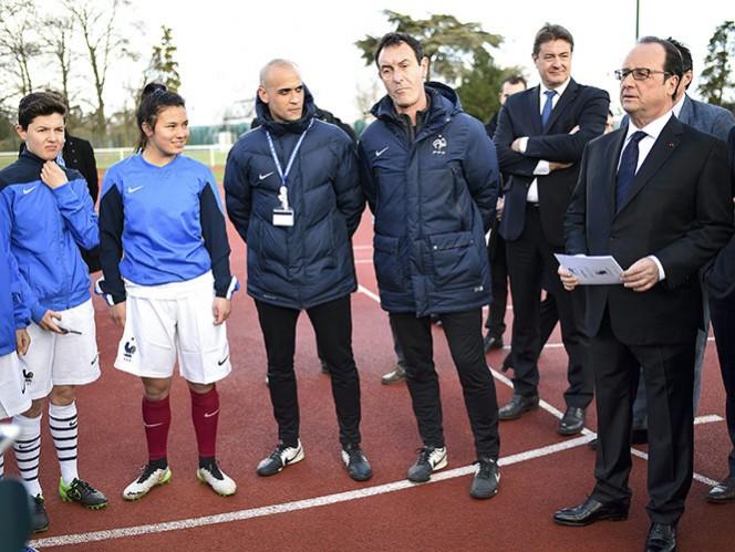 El presidente de Francia, Francois Hollande, visitó el Instituto Nacional del Deporte de Francia y asegura que la Eurocopa debería ser como una forma de respuesta al odio, la división, el miedo y el horror (Reuters)