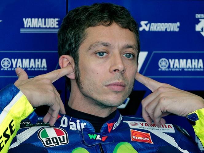 Valentino Rossi patea a una aficionada