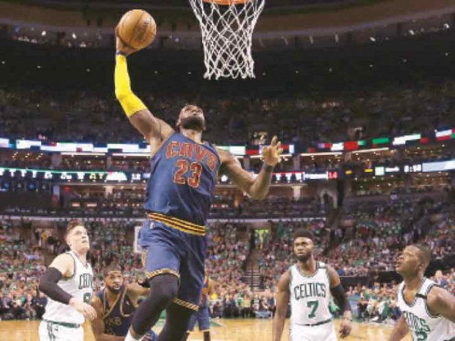 LeBron James superó a Michael Jordan como máximo anotador en postemporada
