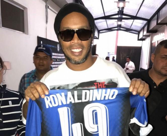 Así posó el exfutbolista brasileño con la playera de los Gallos