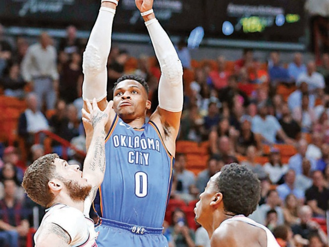 Russell Westbrook logra otro triple doble y Thunder califica a playoff