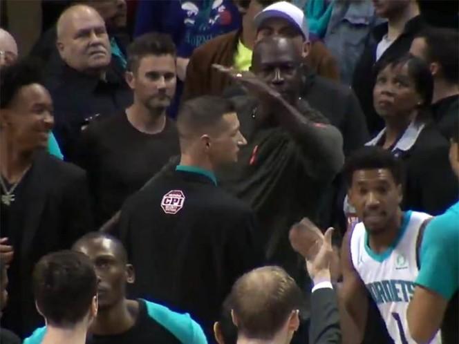Michael Jordan golpea a uno de sus jugadores por error en partido