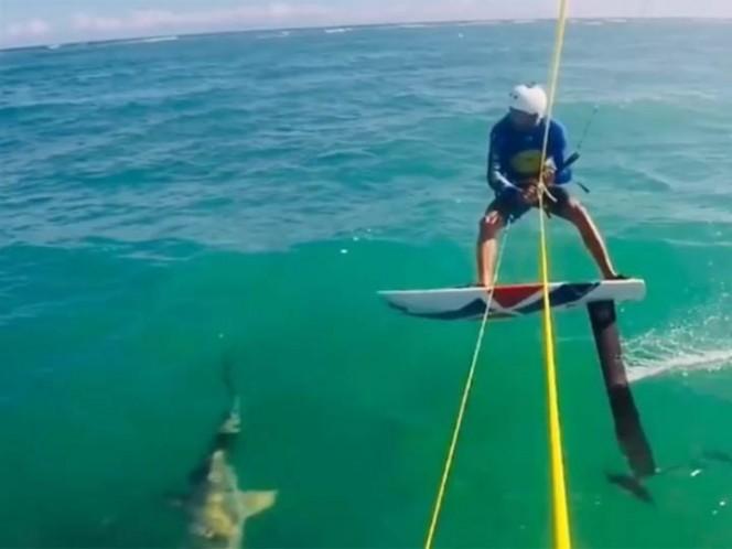 Surfista se tropieza con un tiburón