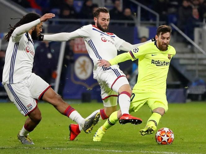 Lucas Tousart (centro) trata de frenar el avance de Lionel Messi en el juego de ida de los Octavos de final de la Champions League (Fotos: EFE y Reuters)