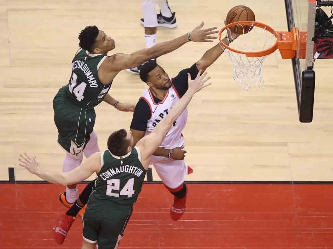 Raptors recortan distancia ante Bucks