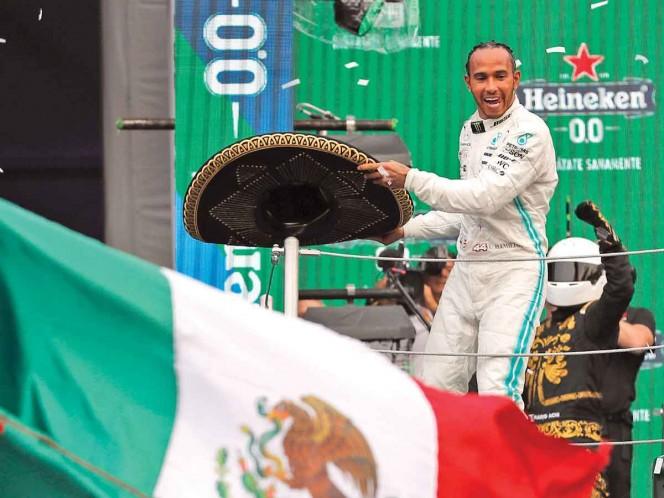 Hamilton usó el ya tradicional sombrero de charro tras el GP de México. Fotos: AP