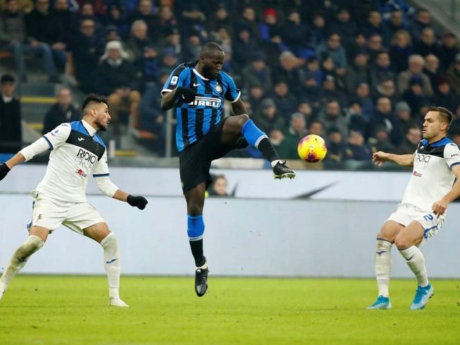 El Inter de Milán llega a 46 unidades, mientras que la Juventus tiene 45 y jugará este domingo ante la Roma (Fotos: Reuters)