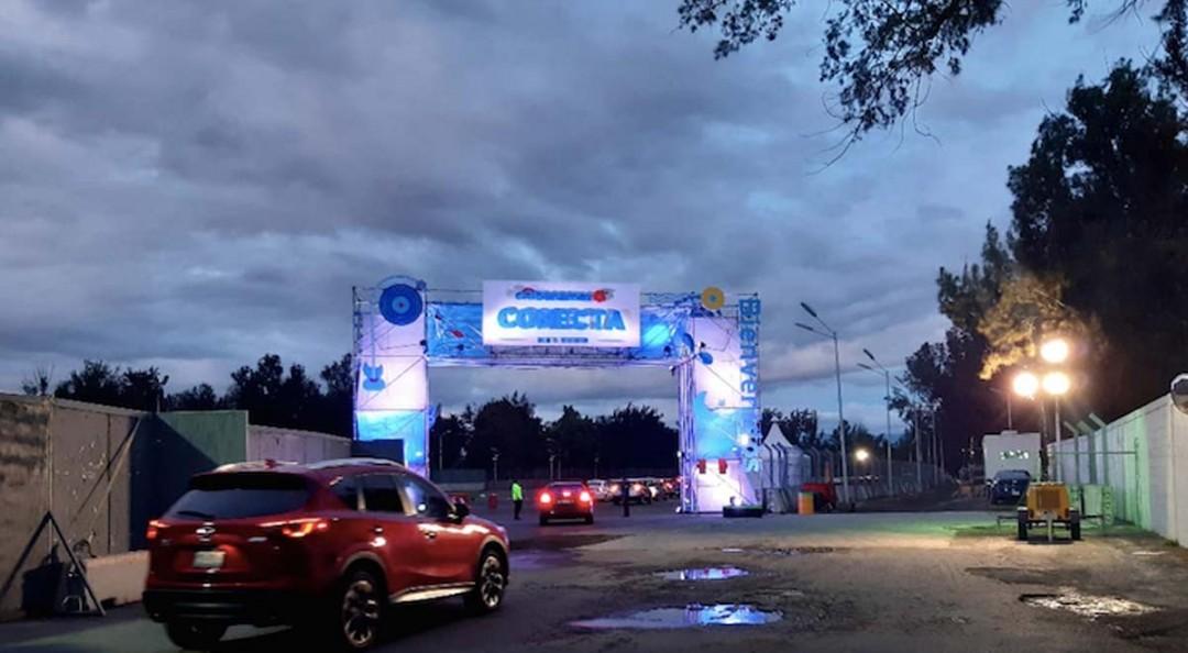 Regresan los conciertos a CDMX con Caifanes; fans los disfrutan desde su auto
