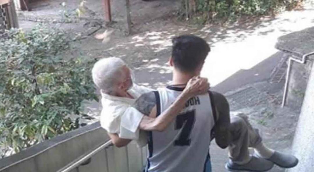 Joven lleva cargando a su abuelo para recibir vacuna covid; foto viral