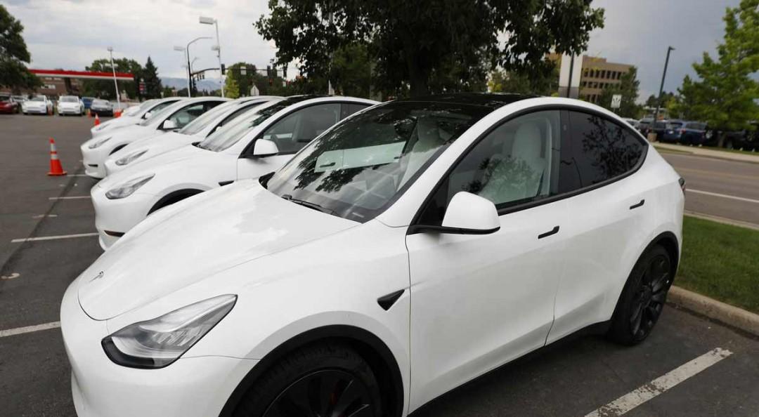 Bebé de 10 meses compra actualización de 10 mil dólares para un Tesla