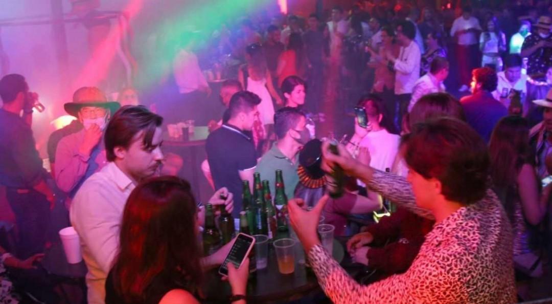 Jalisco cierra bares y antros por tercera ola de covid