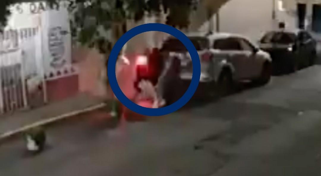 Moto choca contra camioneta estacionada; patrulla no se detiene
