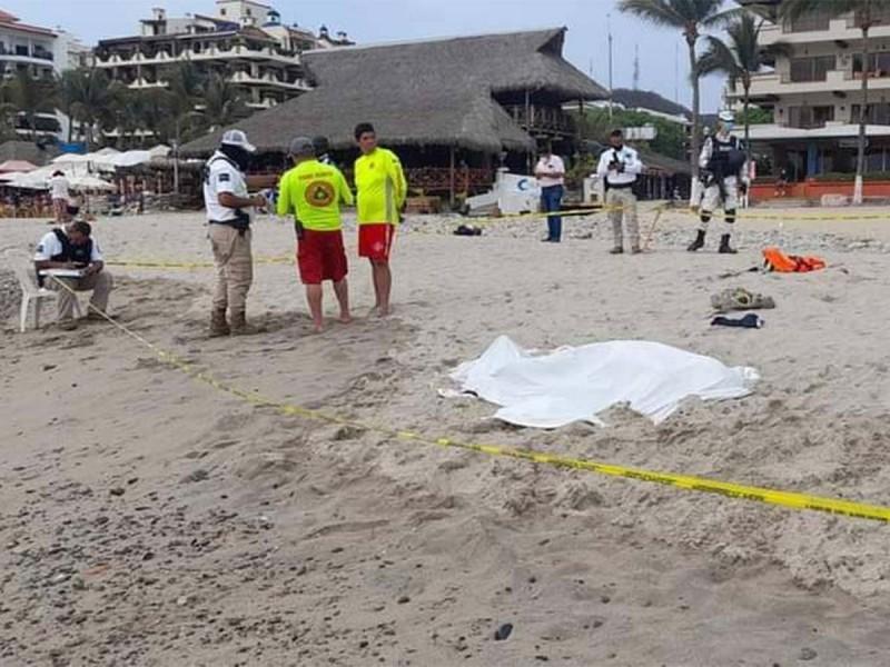 Mesero entra al mar a salvar a una niña, la rescata, pero muere ahogado