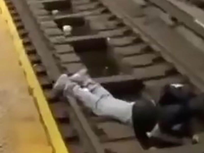 Hombre se desmaya en estación del metro y cae a las vías; así lo rescataron