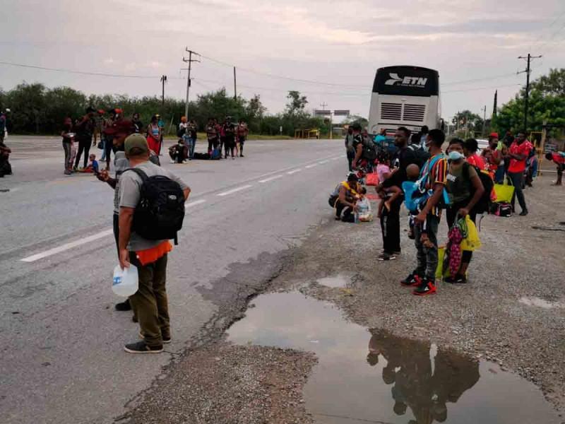 Haitianos inician a pie caravana de San Fernando a la frontera de Tamaulipas