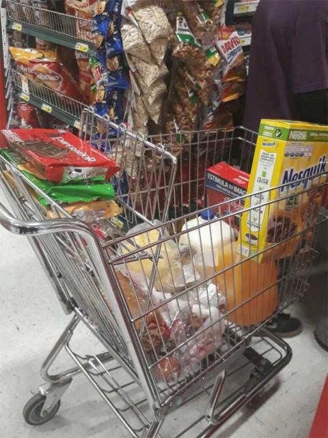Policías ejemplares, compran despensa a niños que no tenían que comer