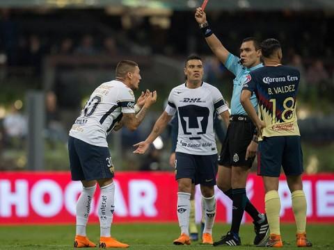Nico Castillo vio el cartón rojo tras una entrada sobre Edson Álvarez
