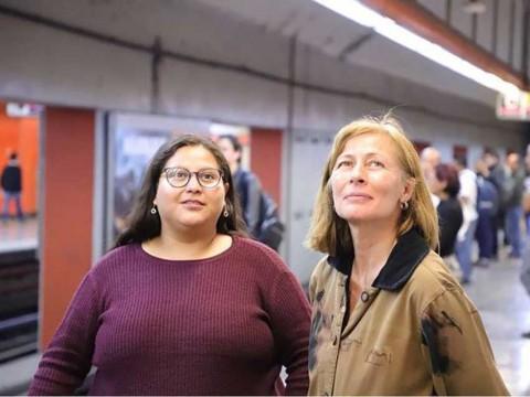 Citlalli Hernández y Tatiana Clouthier, ayer, en el volanteo en el Metro. Imágenes tomadas de Facebook: @tatclouthier y @CitlaHM