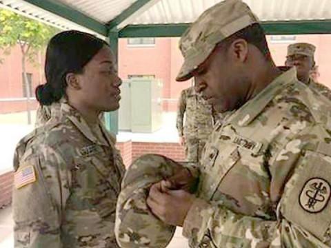 Mujer soldado pronto tendrá una oreja nueva tras accidente gracias a crecimiento de una nueva en el brazo. Foto: Daily Mail
