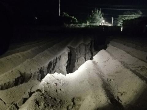 Una tubería de agua potableque se rompió la tarde de ayer en Tláhuac provocó una grieta, afectando cuando menos a 6 viviendas