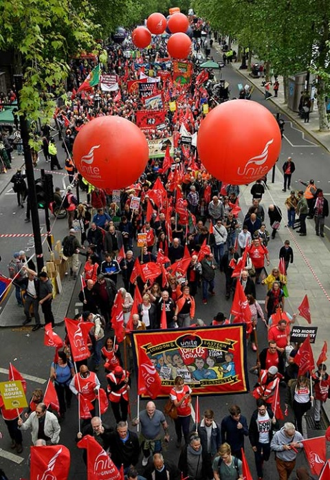 Marchan miles en Reino Unido para reclamar mejoras laborales
