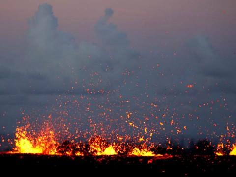 La erupción de cenizas del cráter Halemaumau, del volcán Kilauea, aumentó su intensidad (Foto: Reuters)