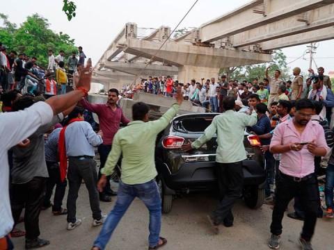 Al menos 16 muertos tras desplome de puente en India (Foto: AP)