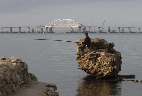 Putin inaugura puente que une a Crimea con Rusia