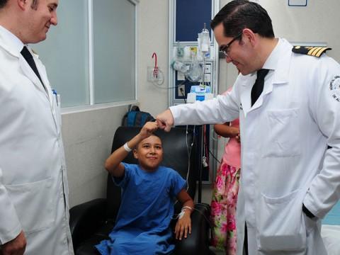 Erik Antonio saluda a los médicos Navales, el Neurocirujano, Alfonso Vega y Neurocirujano Pediatra, Enrique de Obieta Cruz
