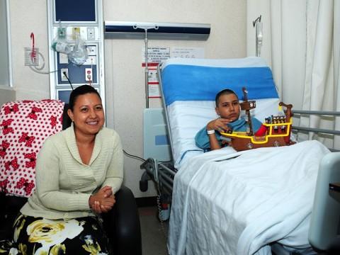 Erik Antonio en compañía de su mamá durante su etapa de recuperación
