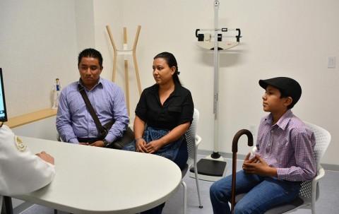 La evolución de Erik Antonio es satisfactoria, en la imagen, al lado de sus padres recibiendo el parte médico