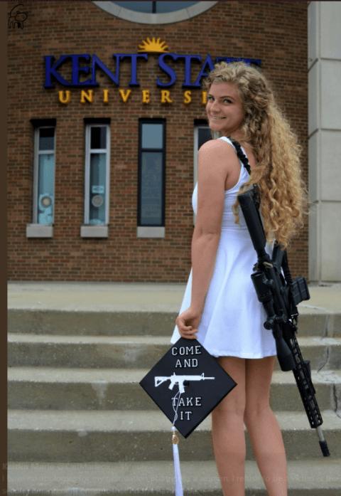 La joven defiende el derecho de poseer armas.