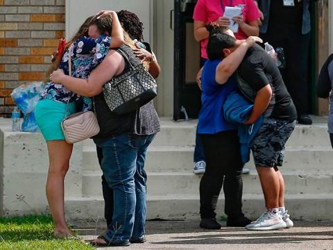 Tras el tiroteo en texas, estudiantes se reúnen con sus familiares entre desesperación (Foto: AP)